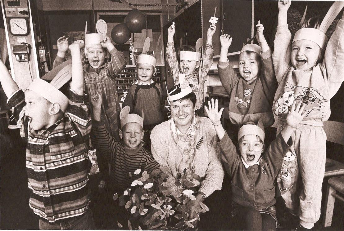 Juf Hannie Joosten met de kleuters op de Bonte Zwaan