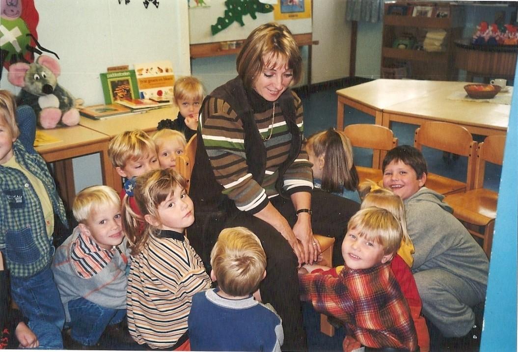 Juf Gerdie Kluiver met de kleuters op de school op de Zwarte Zwaan