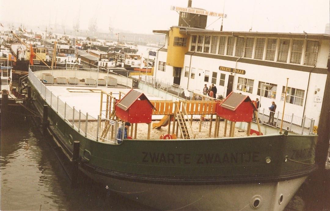 De Zwarte Zwaan met speelschip het Zwarte Zwaantje in de Maashaven in Rotterdam